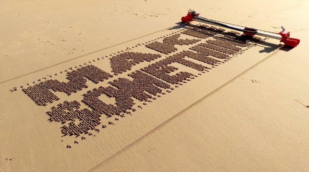 ビーチに文字を描いてくれるプリンターが誕生→プロポーズ写真がSNSにあふれそう