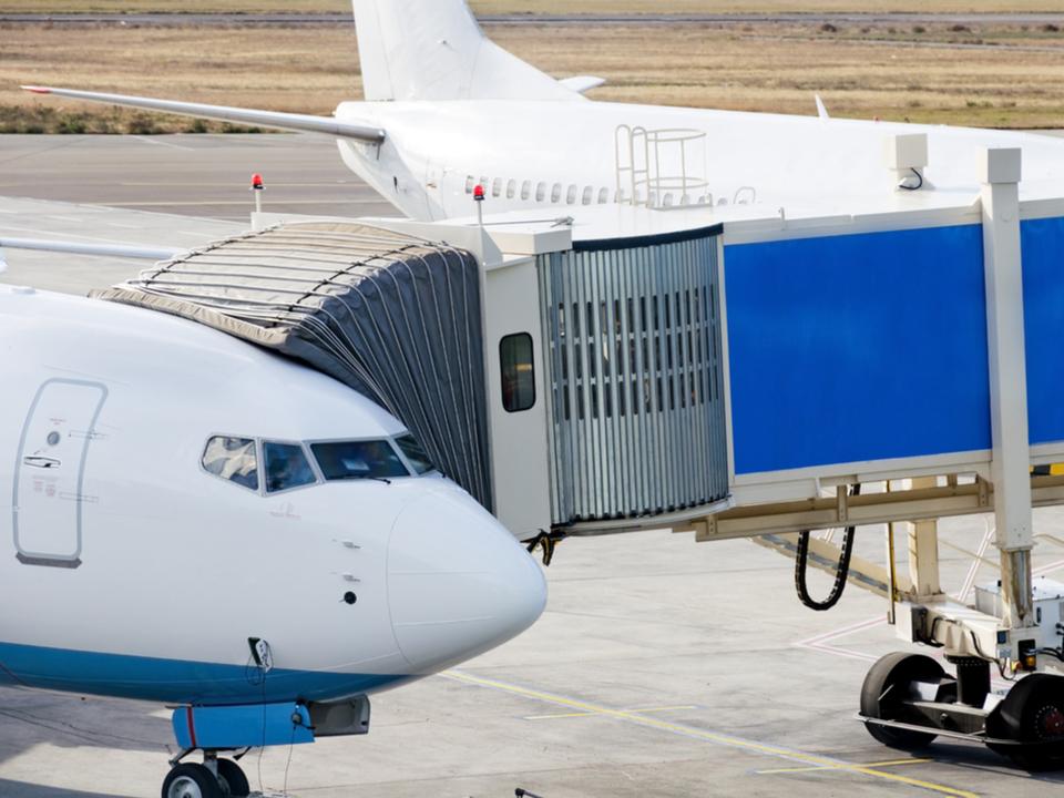 成田空港の「搭乗橋」がAI操縦へアップデート!