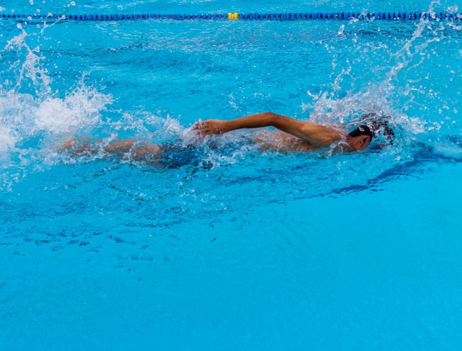一定の速度で泳げる人は、クロールでバタ足しないほうがいい