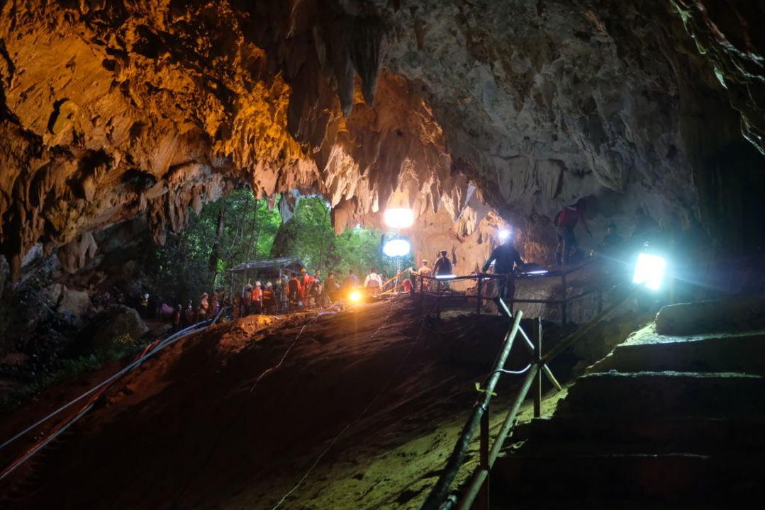 イーロン・マスクのミニ潜水艦がタイの洞窟に到着。本人も現地入り