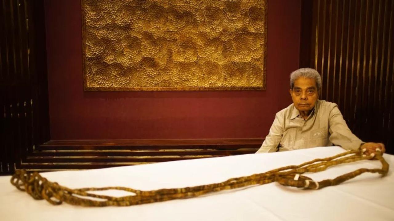 世界一長い爪のギネス記録保持者がついに爪を切る! 余生を遊んで暮らせるほどの額で博物館に売却