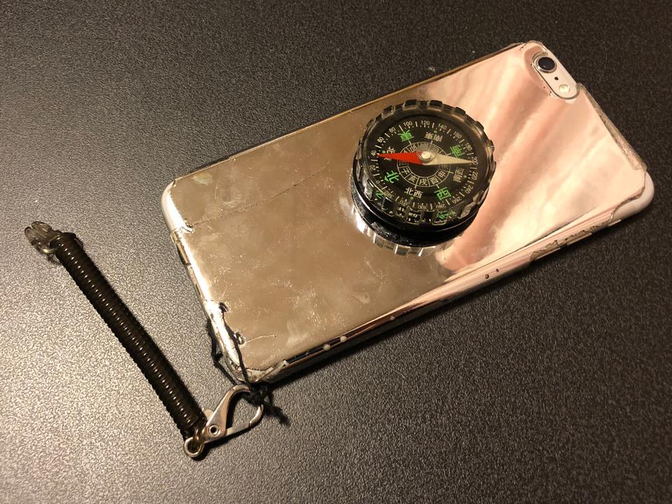 iPhoneからアナログへ。親父が改造した「でかコンパス付きiPhoneケース」