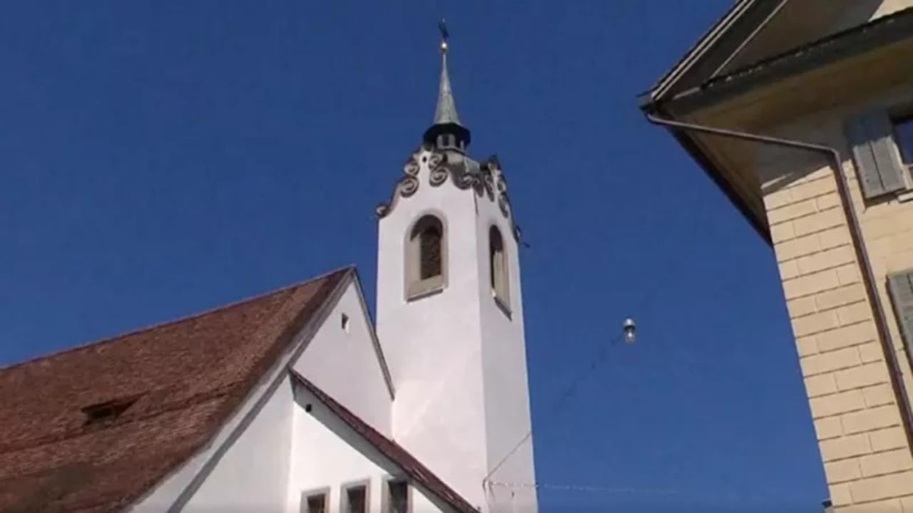 スイスの街で、教会の鐘としてiPhoneの着信音が響き渡る