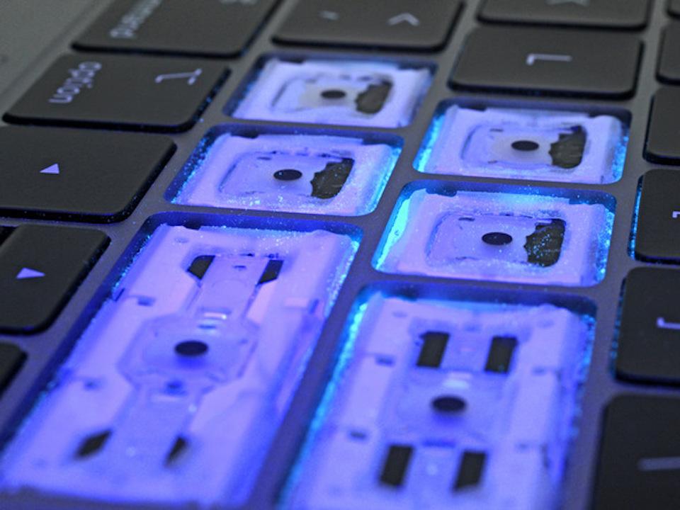 第3世代バタフライキーボードはゴミ侵入に強い。iFixitがテスト結果を公開