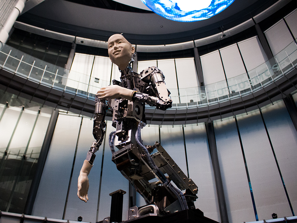 渋谷慶一郎が手がける、アンドロイドとオーケストラの共演。人間は機械に共感を覚えるか?