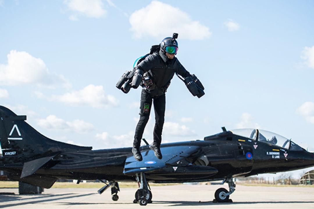『アイアンマン』のように飛べるジェット・スーツが販売開始