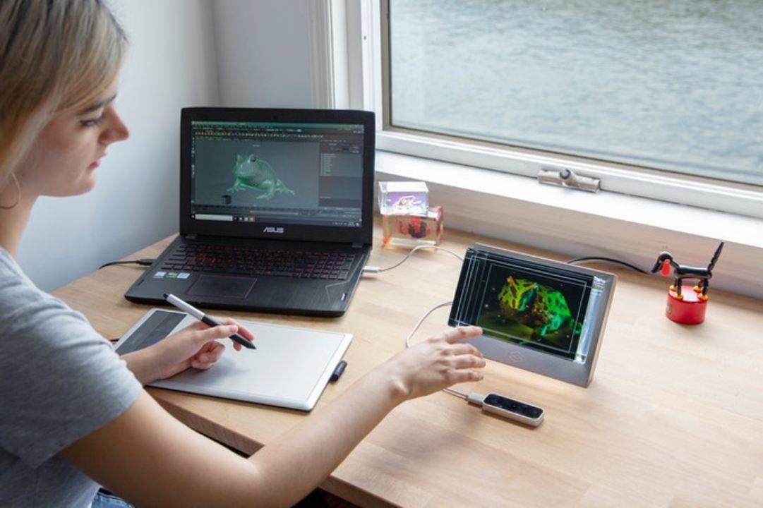 ヘッドセットがなくても立体映像が見られるSFな卓上ホログラフィック・ディスプレイ