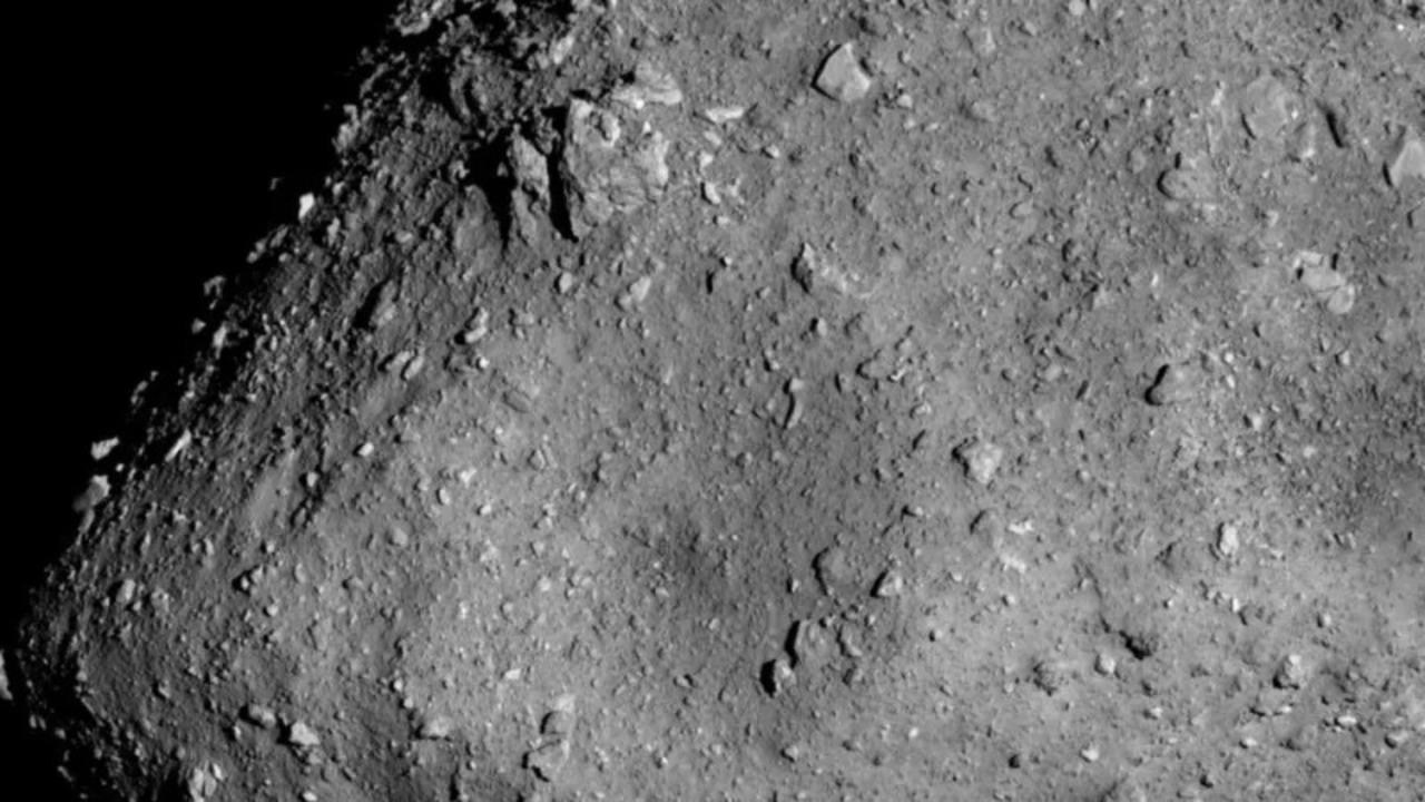 はやぶさ2が小惑星リュウグウを接写! だいたい徒歩1時間15分くらいの距離
