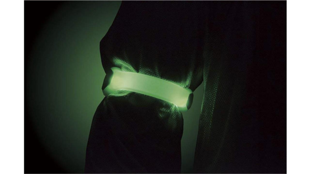 夜のランニングをもっと安全に楽しむなら「LEDセーフティバンド」をつけて走ろう