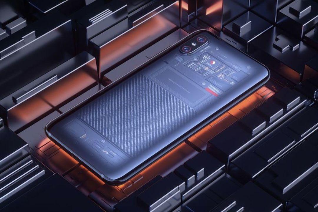 見えてるのは本物の基板じゃないみたい。背面が透明な「Xiaomi Mi 8」最上位モデル