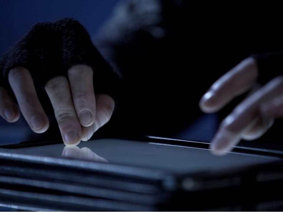 刑務所で配られたタブレットを受刑者たちがハック。約2500万円を盗み出す