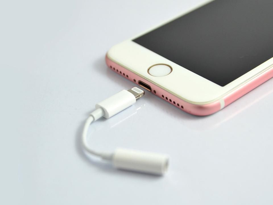 9d486846c7 新型iPhone、Lightningイヤホンアダプが同梱されないかも? | ギズモード ...