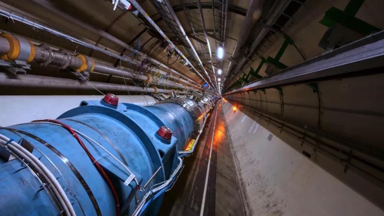 CERNの大型ハドロン衝突型加速器がはじめて、「原子」を加速させることに成功!