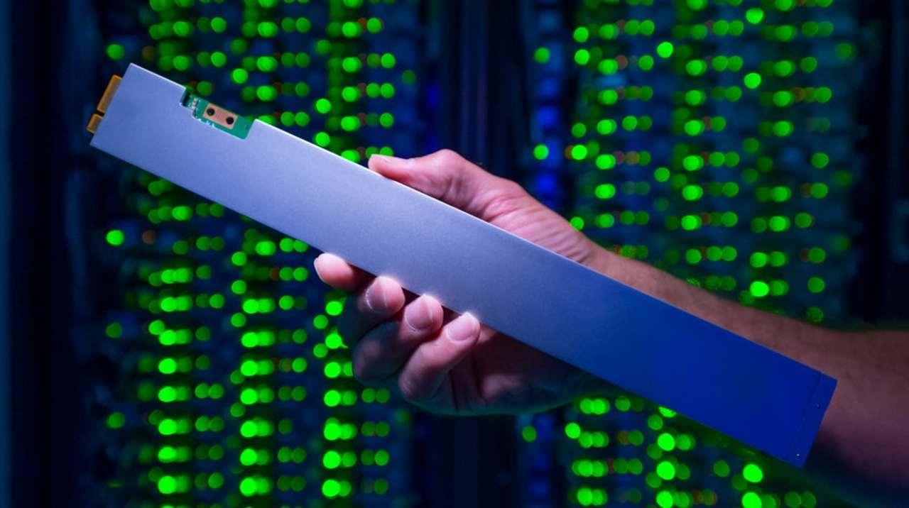定規じゃないよ。Intelが32TBの「世界で最も高密度」なSSDを作りました