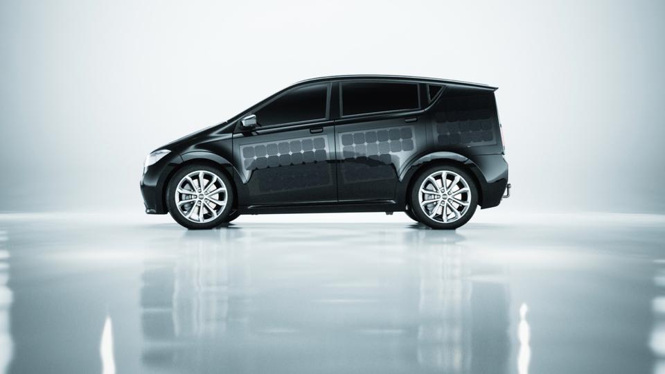 車体を塗装するよりも安いとな。ソーラーパネルを車体全面に組み込んだ電気自動車発売へ