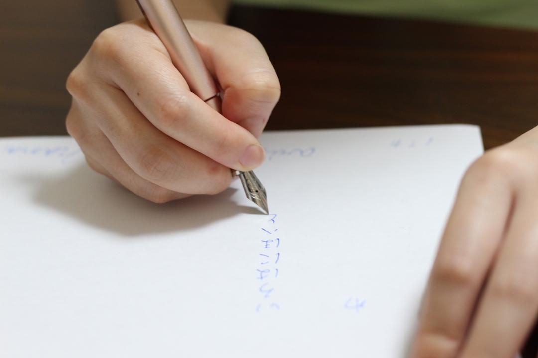目に見えない工夫に惚れる。チタン・アルミ・真鍮から選べる万年筆「KOSMOS ink」を使ってみた