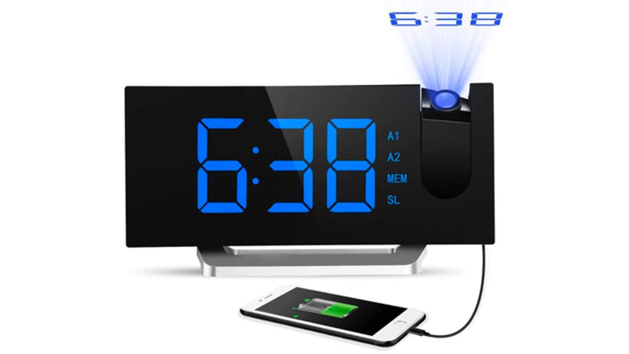 スマホの充電から時刻の投影まで。部屋の時計を「多機能デジタル時計」に置きかえてみない?
