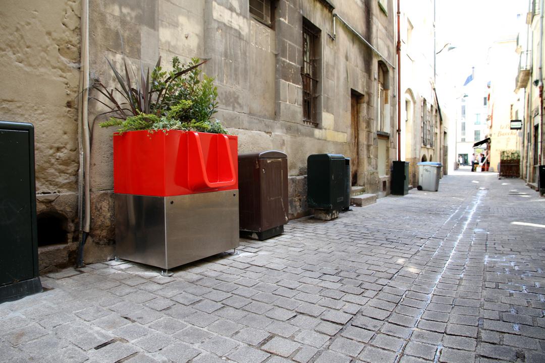 パリ市の立ちションボックスがエコ。しかし、丸見えで市民激怒!