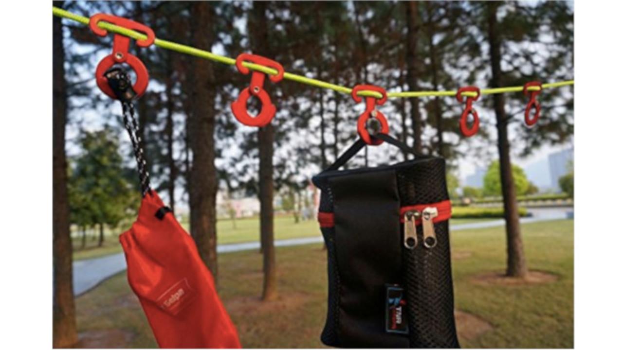汚したくないなら空中に。ロープに引っ掛けて使えるアウトドア用マルチハンガー