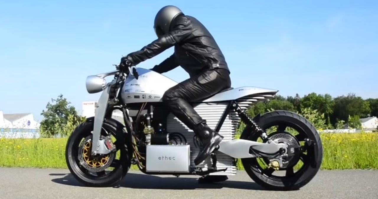 チューリッヒ工科大の学生たちが航続距離400kmのハイテク電動バイクを作る