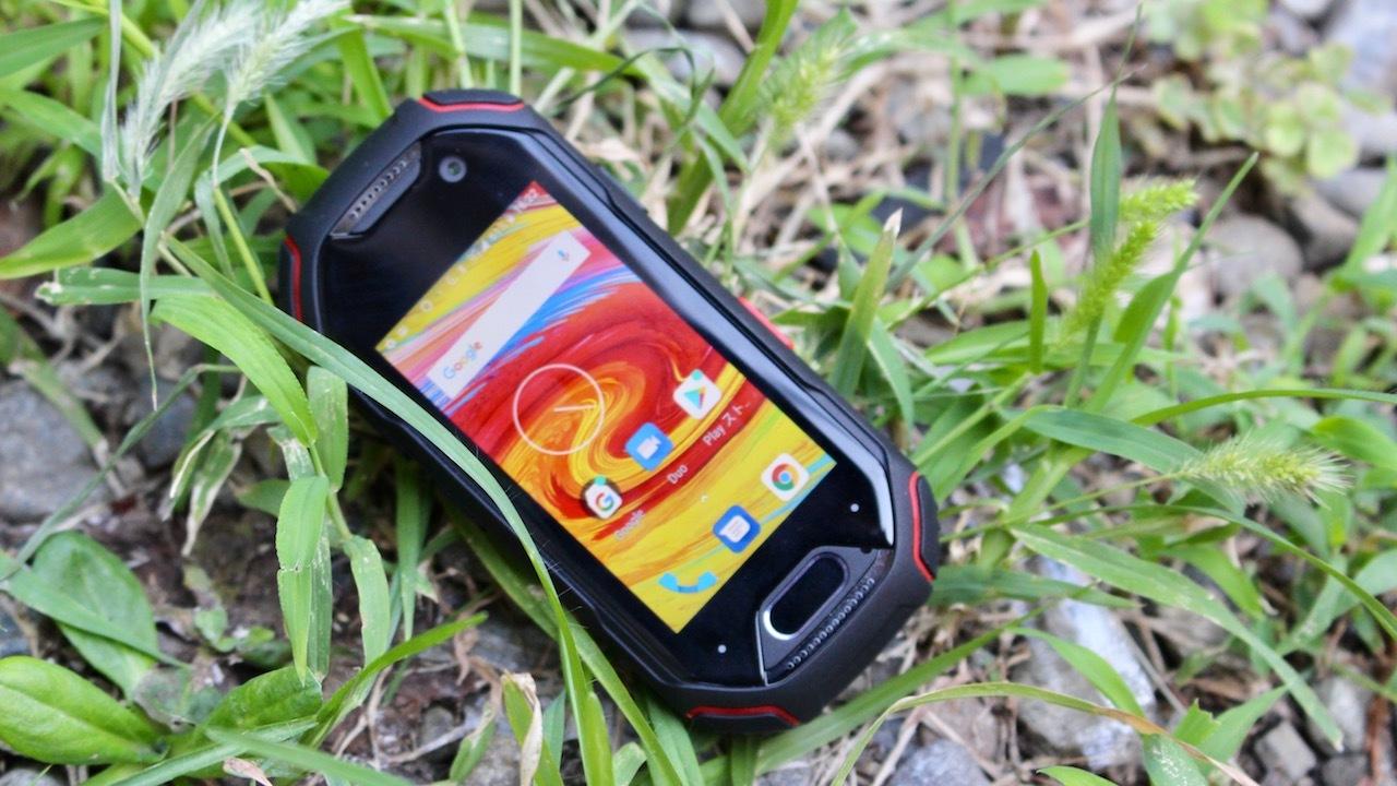 巨大化する世界に叛逆しよう。世界最小4Gタフネススマートフォン『Atom』を使ってみた
