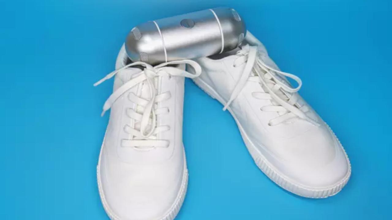 靴のニオイのもとになる細菌の99.97%を1時間で分解。出先でも消臭&滅菌できるガジェット