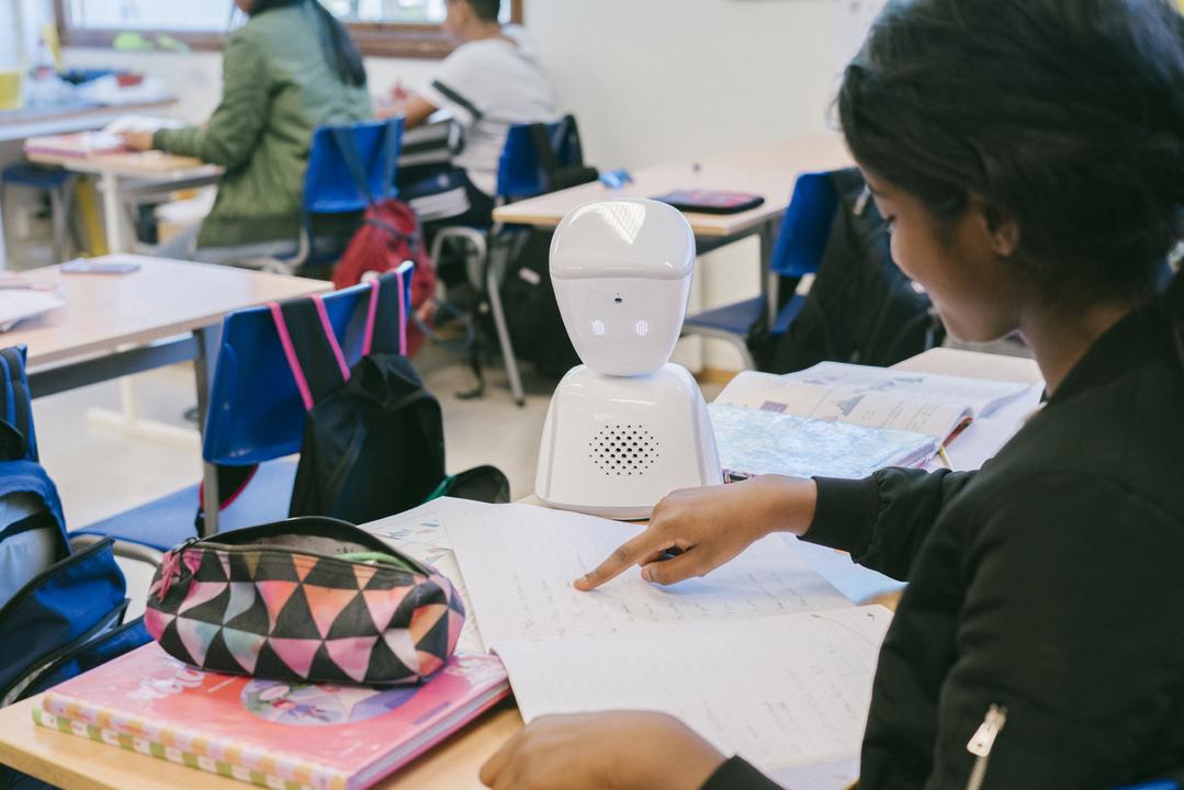 入院などで通学できない子どもに代わって、教室で目、耳、声となるロボット「AV1」