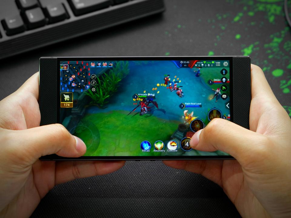 まさしくゲーム用スマホ。新Razer Phoneはカラフルに光るかも?