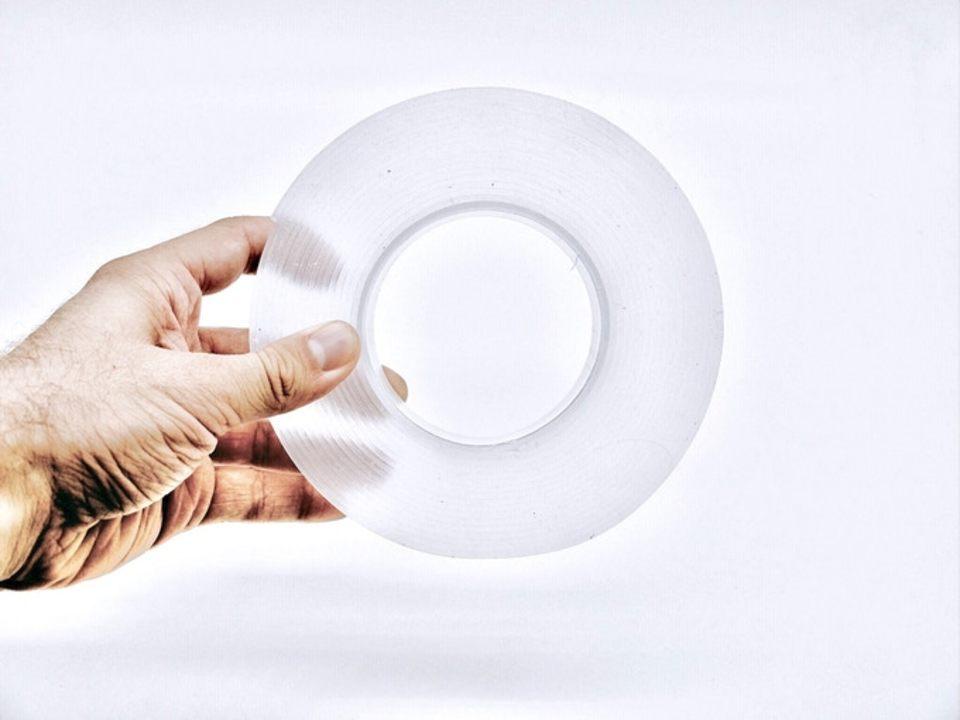 重量はなんと1kgまで!自由にカットして貼れる新感覚の両面テープ「Monkey Grip」
