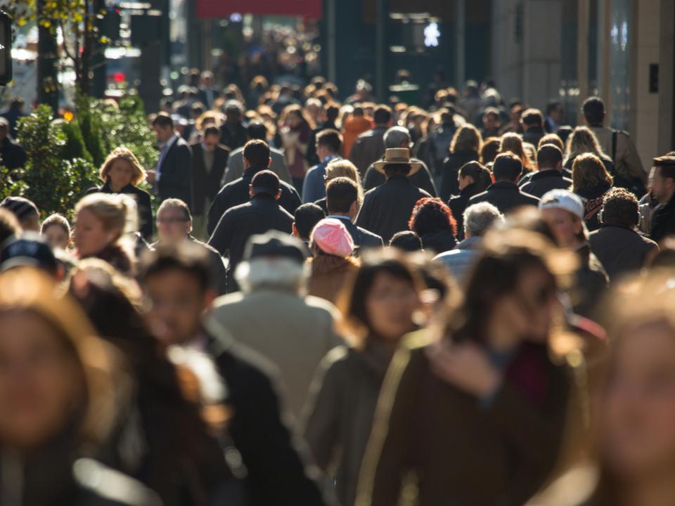 歩くと安くなる保険で、歩く人続々。北米最古の生命保険会社がウェアラブル端末を無料で配布