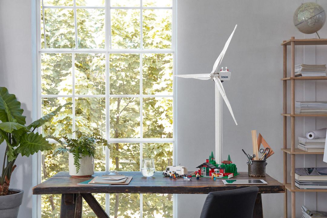 植物ブロックを使った高さ1mのレゴ風力発電タービン、ちゃんと回ります