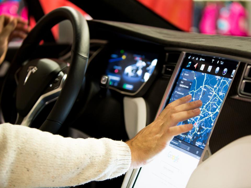 Teslaのソフトウェアがアップデート! 高速道路を自動運転で降りたり、アタリのゲームで遊べるようになるみたい