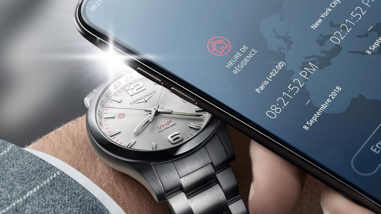 WiFiもBluetoothも不要。スマホのフラッシュで時刻合わせする腕時計