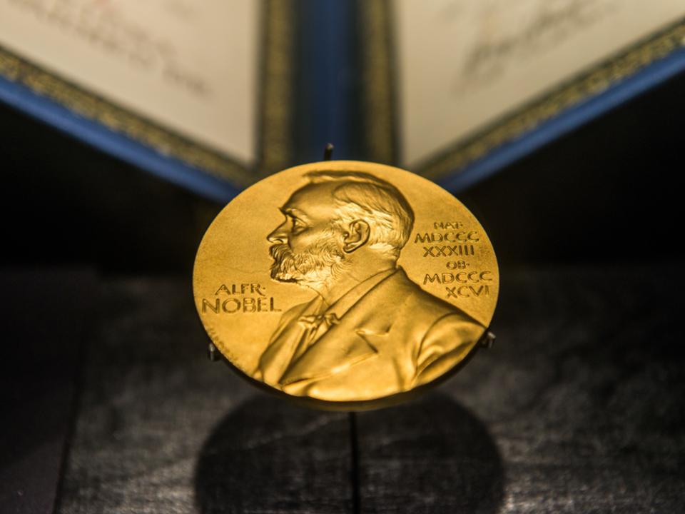 ノーベル賞・医学生理学賞は、ガンを免疫で治すことに貢献した京大特別教授の本庶さんに