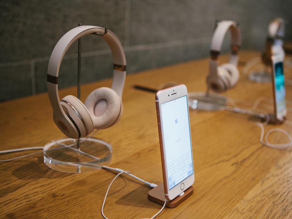 噂のヘッドホン製品にも? Appleが耳検知システムを特許出願