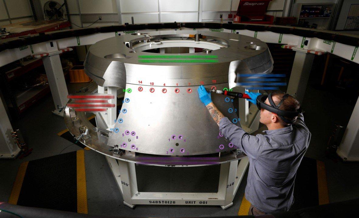 NASA「HoloLensをつけてロケットを組み立てると効率いいよ」