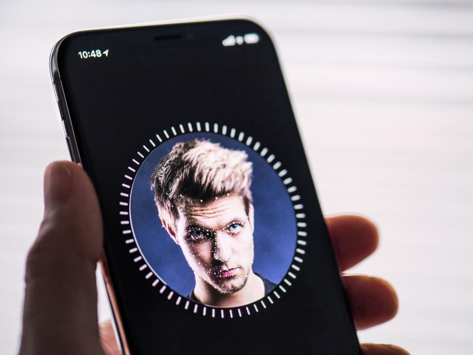 アメリカの警察官、Face IDでロックされたiPhone画面を見ないようにアドバイスされているらしい