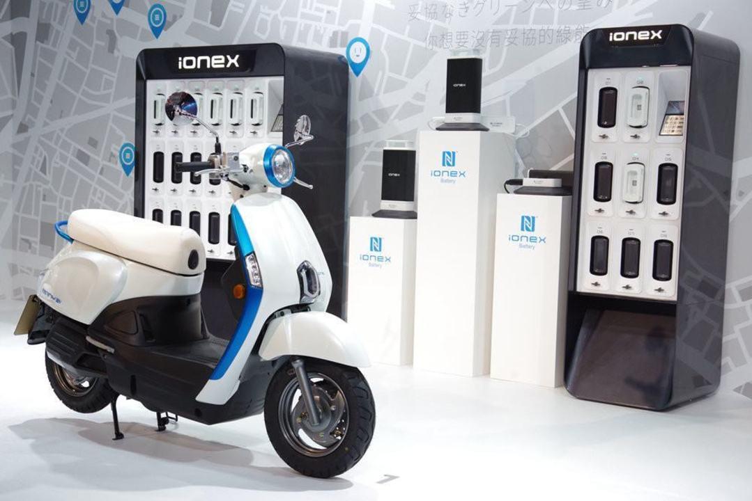 給油より速い? 電動スクーター向けの交換式バッテリー規格