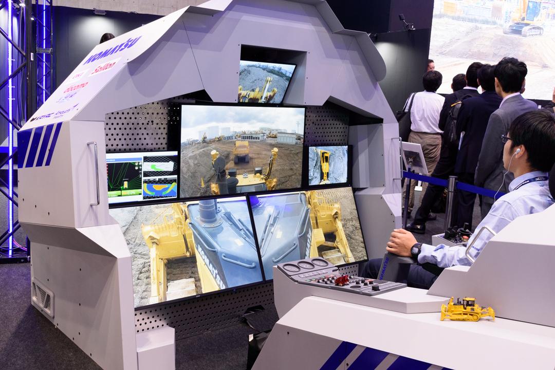 工事現場が無人化してるぞ...コマツのリモート重機コクピットが近未来感満載 #CEATEC2018