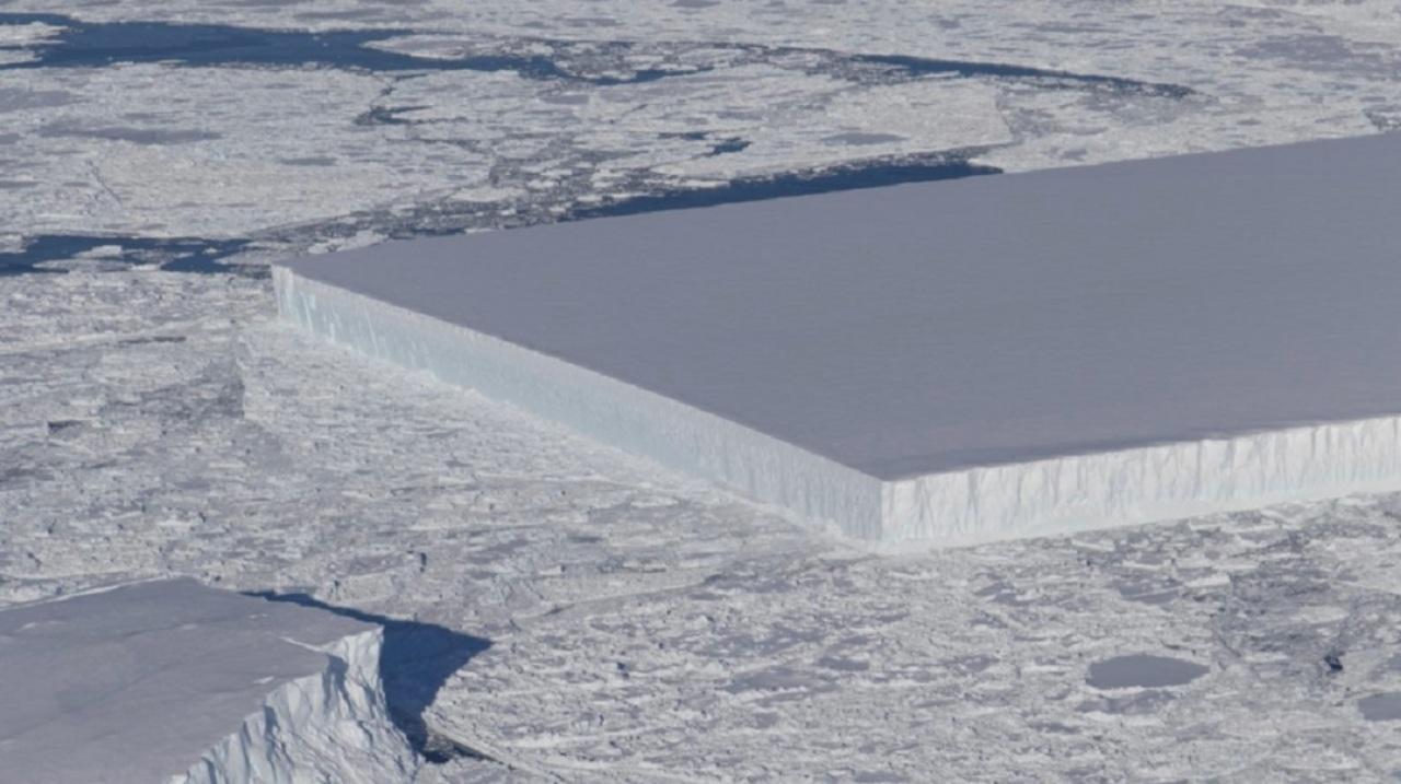 南極で発見された異様に角ばってる氷山 、すぐ近くにも四角形な氷山が発見される
