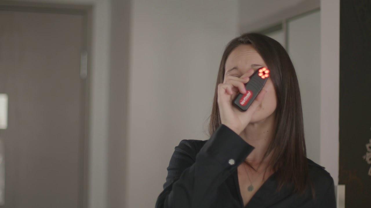 強烈なLEDストロボが隠しカメラを見つける「SpyFinder PRO」