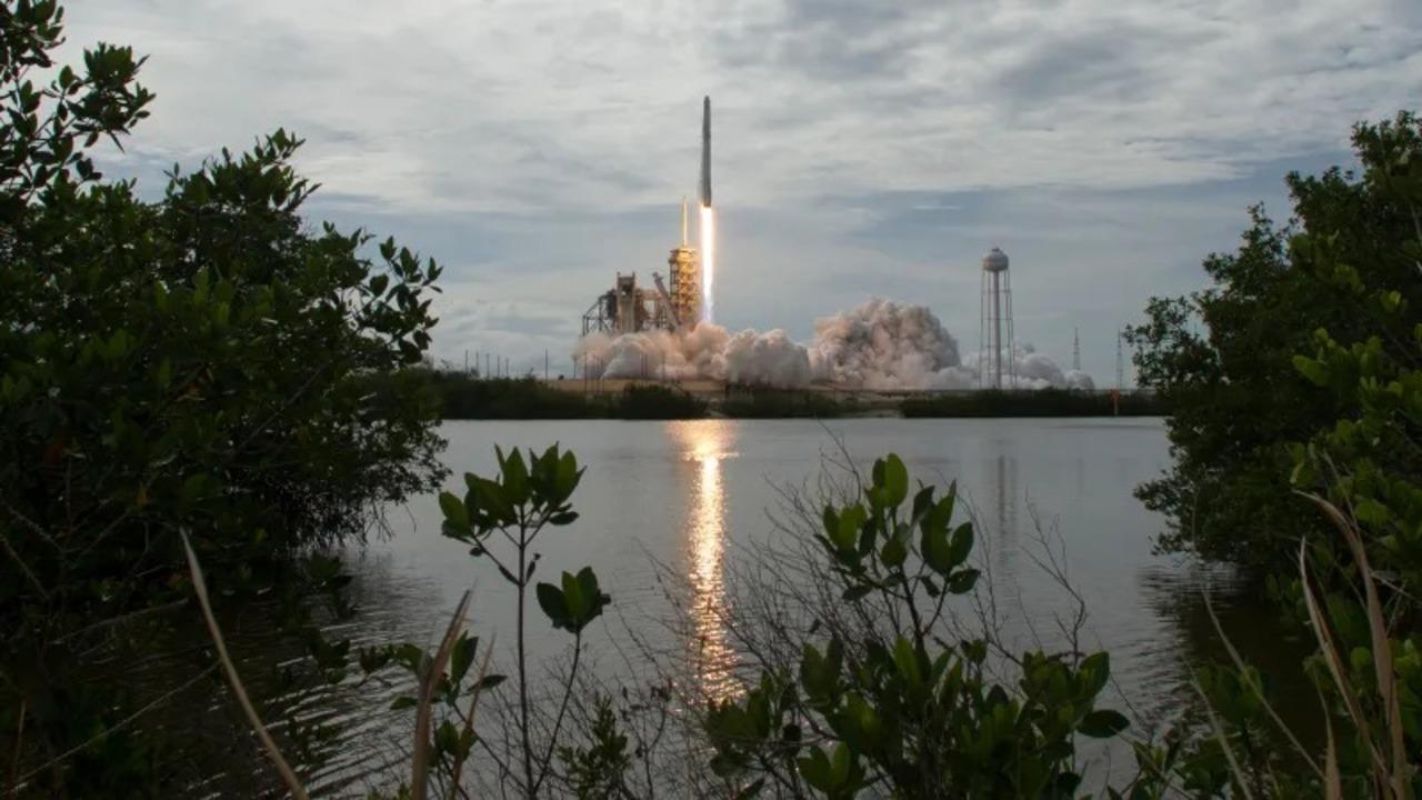 SpaceXに7,500機もの人工衛星打ち上げ認可が下りる。世界が衛星ネット回線で繋がるぞ!