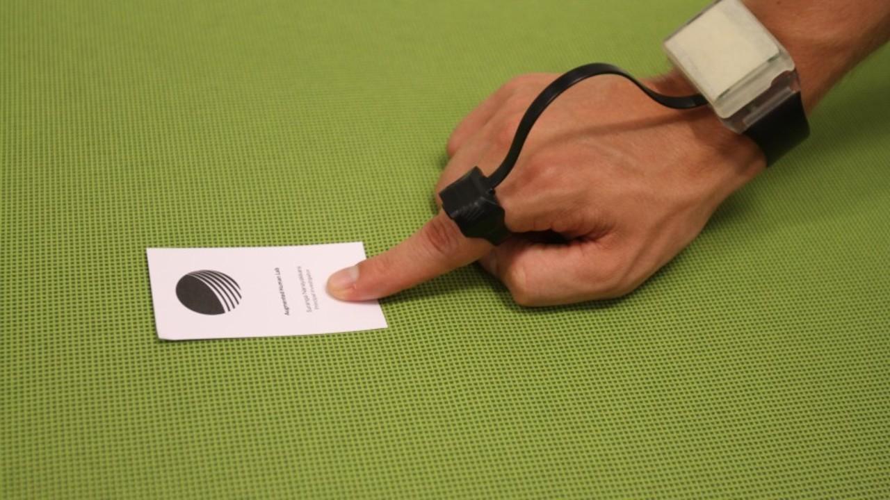 指先で文字や色を読めるって? 第2の目を作り出す指輪型デバイス「FingerReader」