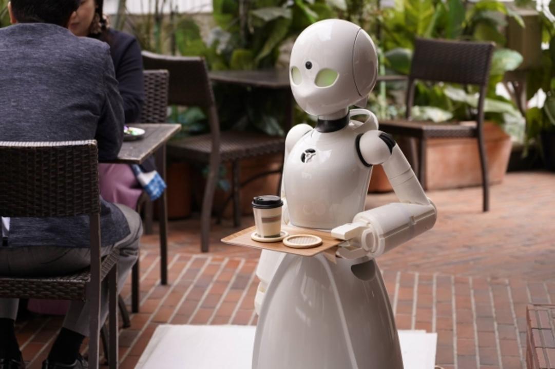自宅にいながら接客できる!? 寝たきりでも操作できる分身ロボットのカフェがオープン
