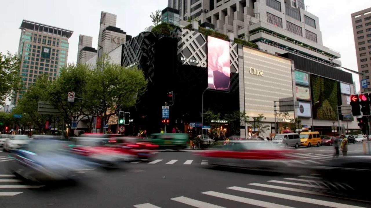 中国の社会スコアAIがバス広告の女性を「信号無視」判定