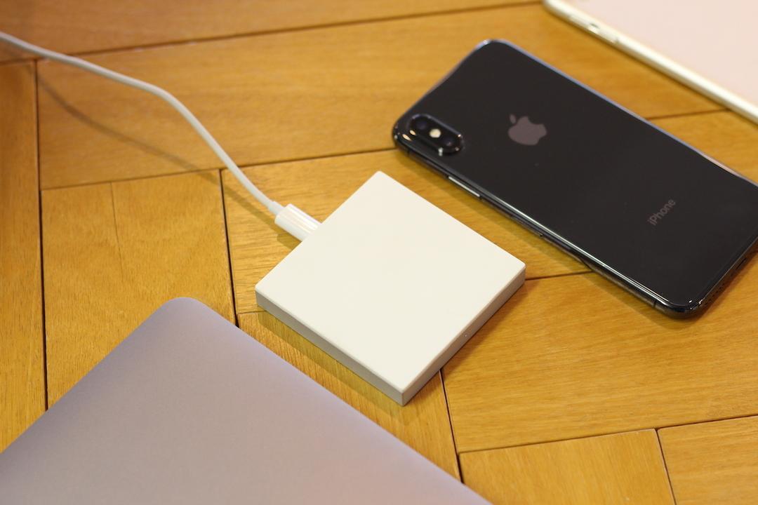 これでたった3000円? iPhoneやAndroidにも使えるシンプルを極めたワイヤレス充電器「UMOチャージャー」を使ってみた