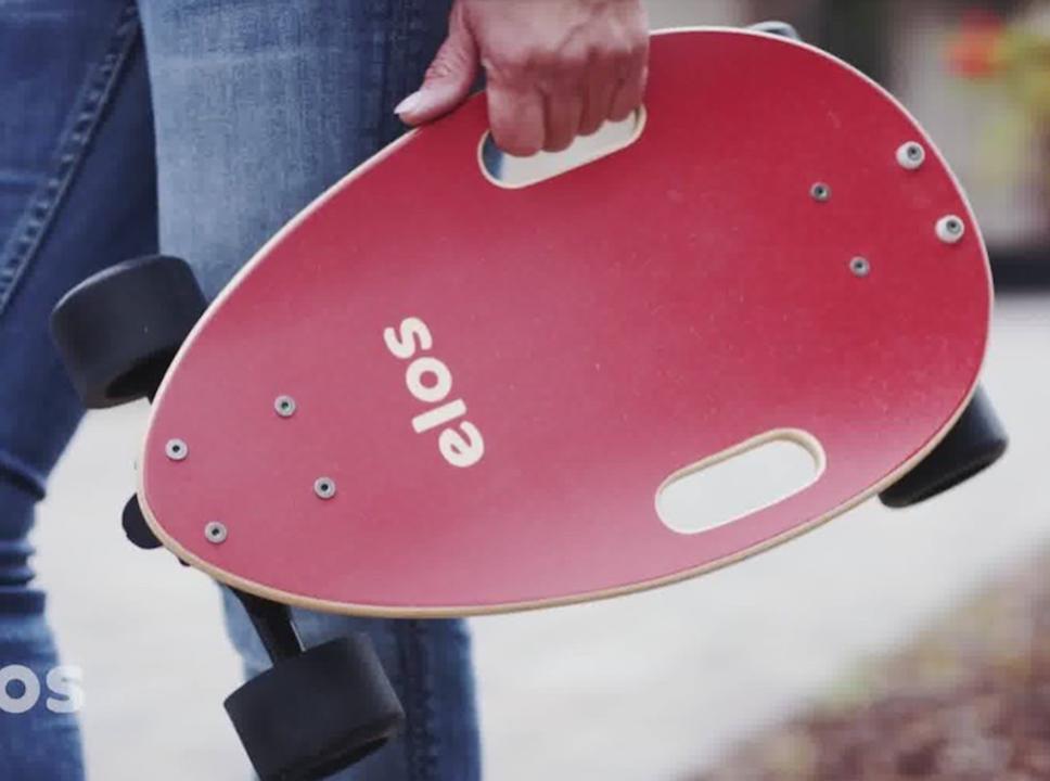 初心者でも乗りこなせる新しいデザイン。簡単に持ち運べる小型スケートボード「Elosスケートボード」