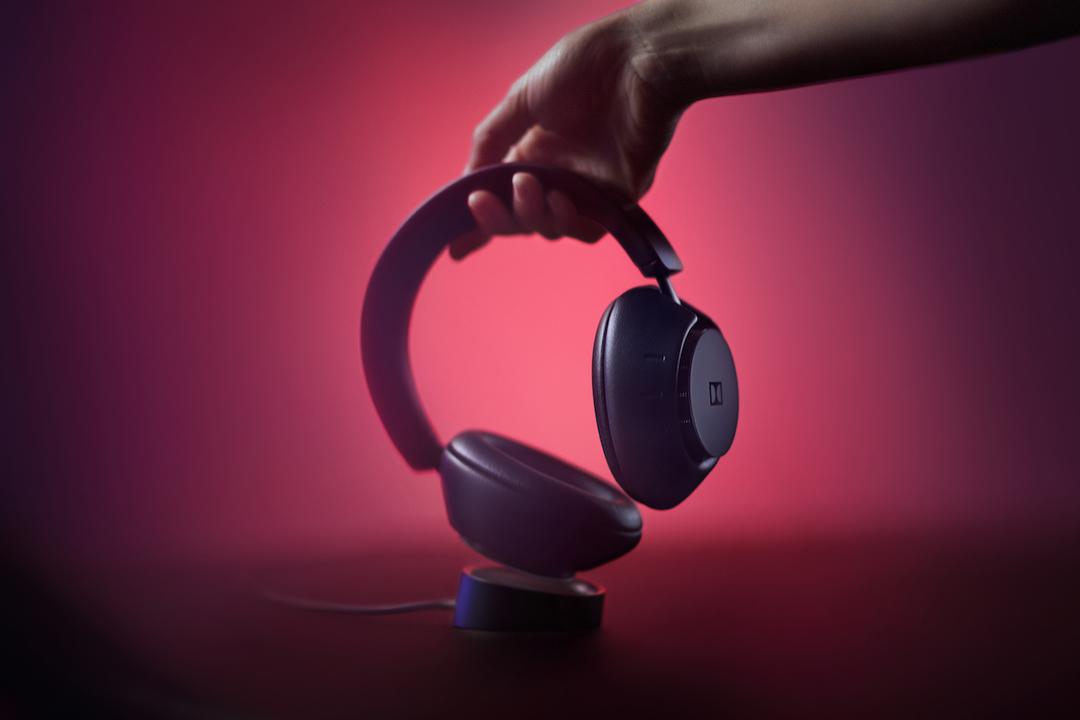 Dolbyのワイヤレスヘッドホン「Dimension」はエンタメ機能てんこ盛り