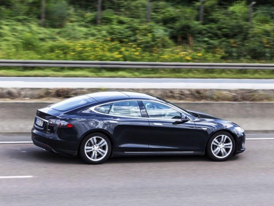Tesla車を「居眠り自動運転」していた運転手が逮捕
