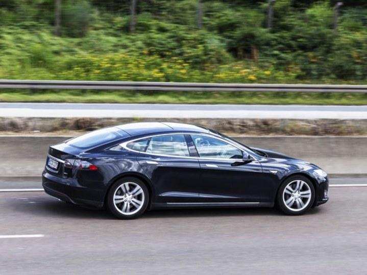 Tesla車を「居眠り自動運転」していた運転手が逮捕 | ギズモード・ジャパン